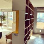 Meuble bibliothèque séparant salon bureau
